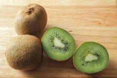 Kiwi Fruits fresco em uma placa de madeira 2 Imagens de Stock Royalty Free