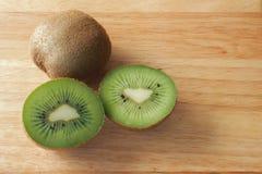 Kiwi Fruits fresco en un tablero de madera 3 Fotografía de archivo