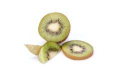 Kiwi geschnittene Segmente lokalisiert auf weißem Hintergrund stockfotografie