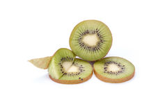 Kiwi geschnittene Segmente lokalisiert auf weißem Hintergrundausschnitt stockbild