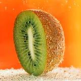 Kiwi halb im Sodawasser Stockfotografie
