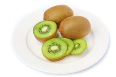 Kiwi i den vita plattan royaltyfria bilder