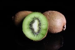 Kiwi kiwi i przyrodni kiwi na czarnym tle Pracowniana fotografia Obrazy Royalty Free