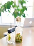 Kiwi i wapno Natchnąca woda w sztuki karafce Zdjęcia Royalty Free