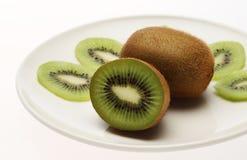 Kiwi im weißen Teller stockfoto