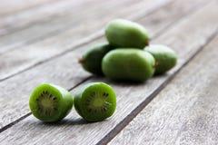 Kiwi jagody na drewnianym stole (arktyczny kiwifruit) Fotografia Royalty Free