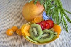 Kiwi, jordgubbe, mandarin, Incabär och grapefrukt arkivfoton