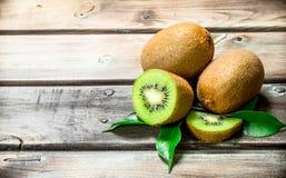 Kiwi juteux mûr avec des feuilles photographie stock