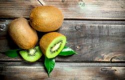 Kiwi juteux mûr avec des feuilles image libre de droits