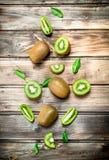 Kiwi juteux mûr avec des feuilles photos stock