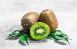 Kiwi juteux mûr avec des feuilles images stock