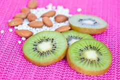 Kiwi, Mandel, getrocknete Bohnen und Nuss Stockbilder