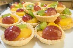 Kiwi, mango, pasticceria deliziosa della torta di frutta del dessert dell'uva fotografia stock