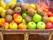 Kiwi, mele e mango freschi Immagini Stock Libere da Diritti