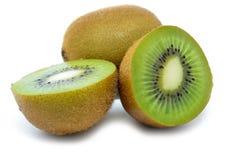 Kiwi, metà del kiwi isolata Fotografie Stock