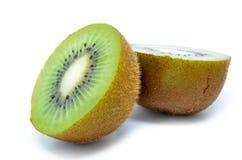 Kiwi, metà del kiwi isolata Fotografia Stock