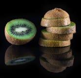 Kiwi mit Reflexion auf schwarzem Hintergrund Lizenzfreies Stockbild