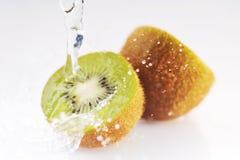 Kiwi mit Spritzen stockbild