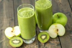 Kiwi och äppleSmoothie royaltyfri fotografi