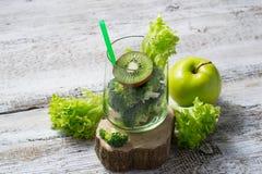 Kiwi och broccoli, ingrediens för förberedelsegräsplansmoothie arkivfoton