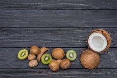 Kiwi och valnötter på tabellen Arkivfoto