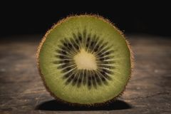 Kiwi op dramalicht Stock Afbeeldingen