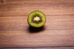 Kiwi op een houten oppervlakte regeling van gesneden fruit Stock Afbeelding