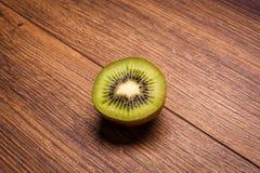 Kiwi op een houten oppervlakte regeling van gesneden fruit Royalty-vrije Stock Afbeeldingen