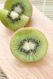 Kiwi op hakbord - Voorraadbeeld Stock Foto's