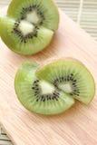Kiwi op hakbord - Voorraadbeeld stock fotografie