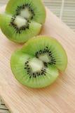 Kiwi op hakbord - Voorraadbeeld royalty-vrije stock fotografie