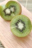 Kiwi op hakbord - Voorraadbeeld royalty-vrije stock foto's