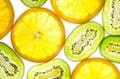 Kiwi, orange in einem Schnittweißhintergrund Stockbild