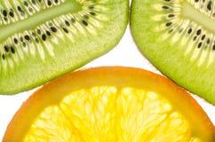Kiwi, orange in einem Schnittweißhintergrund Lizenzfreies Stockbild