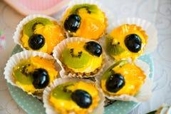 Kiwi-, Orangen- und Traubentörtchen stockfotos
