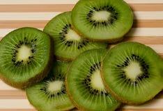 Kiwi owoc świeżo pokrajać Obrazy Royalty Free