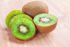 Kiwi owoc cięcie w kawałki na drewnianym tle Zdjęcie Stock