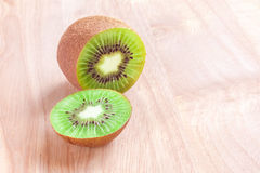Kiwi owoc cięcie w kawałki na drewnianym tle Obrazy Royalty Free