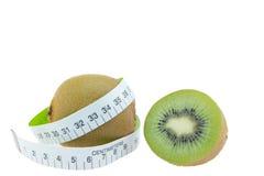 Kiwi owoc miara wokoło talii na białym tle Obrazy Royalty Free
