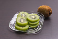Kiwi owoc na brown drewnianym tle Obraz Royalty Free