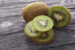 Kiwi owoc na drewnianym stołowym tle Fotografia Royalty Free