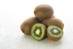 Kiwi owoc na drewnianym stołowym tle Obraz Royalty Free