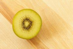 Kiwi owoc na tnącej desce 3 Obrazy Stock