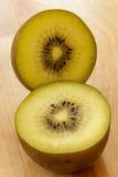 Kiwi owoc na tnącej desce 5 Zdjęcia Royalty Free