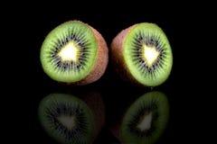 Kiwi owoc, plasterek dwa po??wki zielenieje soczystego kiwi Odizolowywaj?cy na czerni obrazy royalty free