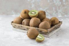 Kiwi owoc połówka odizolowywająca na bielu betonu tle qiwi Cięcie zielony słodki kiwi Kiwi zdrowy jedzenie Zdjęcie Royalty Free