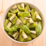 Kiwi owoc pokrajać segmenty w round pucharze zdjęcia royalty free