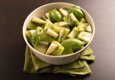 Kiwi owoc pokrajać segmenty w round pucharze Obrazy Stock