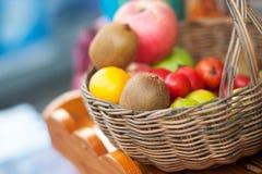 Kiwi owoc w koszu z miękkim światłem Fotografia Royalty Free