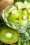 Kiwi owoc w szklanej wazie Obrazy Stock
